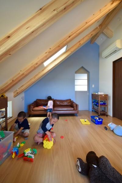 2階子供部屋~ブルーの壁はポーターズペイントのワークショップでみんなで塗りました (藍いろの家~横葺きのガルバリウム外壁が特徴の家型のおうち。家型フォルムの中の通り土間は家族のお気に入り~)