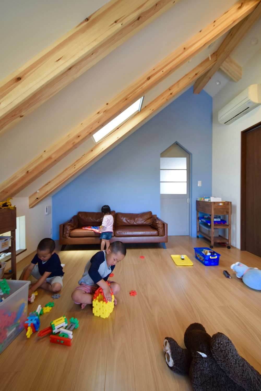 藍いろの家~横葺きのガルバリウム外壁が特徴の家型のおうち。家型フォルムの中の通り土間は家族のお気に入り~ (2階子供部屋~ブルーの壁はポーターズペイントのワークショップでみんなで塗りました)