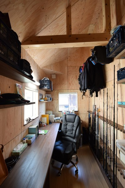 男の隠れ家~釣り好きご主人の趣味室&書斎 (藍いろの家~横葺きのガルバリウム外壁が特徴の家型のおうち。家型フォルムの中の通り土間は家族のお気に入り~)