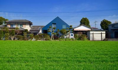田園風景の中の藍いろの家~四季を通じて風景に馴染む|藍いろの家~横葺きのガルバリウム外壁が特徴の家型のおうち。家型フォルムの中の通り土間は家族のお気に入り~