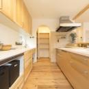 自然素材+断熱性能 体にやさしい住まいの写真 収納力抜群の広々キッチン
