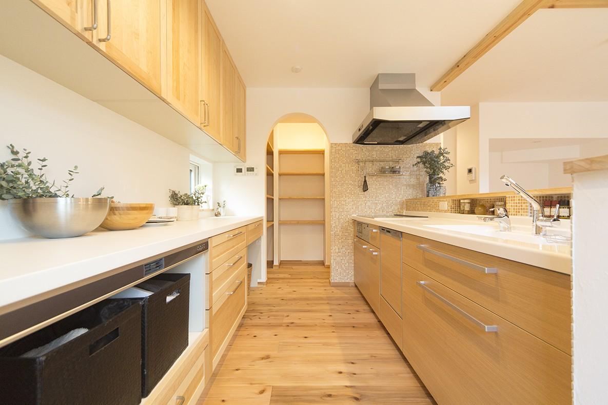 キッチン事例:収納力抜群の広々キッチン(自然素材+断熱性能 体にやさしい住まい)