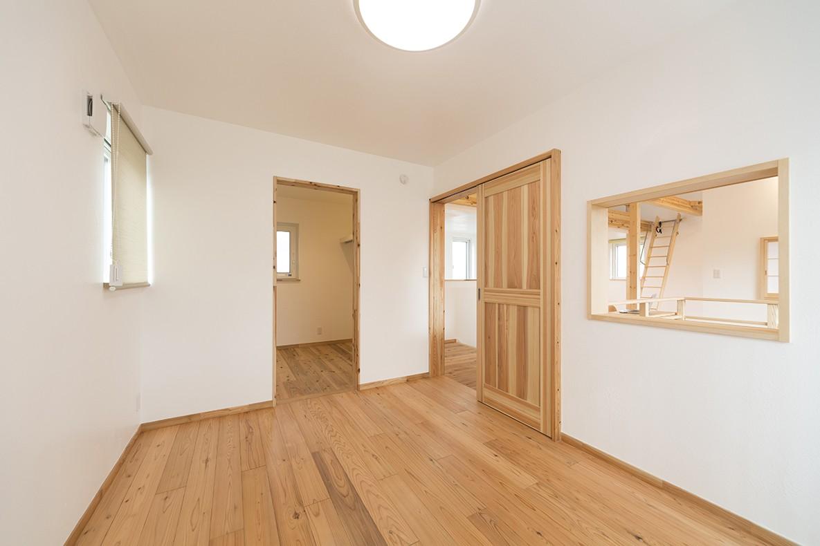 ベッドルーム事例:ナチュラルな無垢杉をたっぷり使用した寝室(自然素材+断熱性能 体にやさしい住まい)