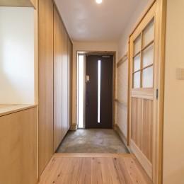 自然素材+断熱性能 体にやさしい住まい (シンプルで機能的な玄関)