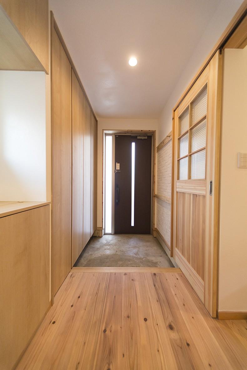 玄関事例:シンプルで機能的な玄関(自然素材+断熱性能 体にやさしい住まい)