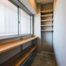グレイッシュにまとめた上品で上質な空間の写真 玄関