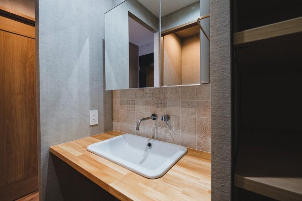 グレイッシュにまとめた上品で上質な空間 (洗面室)