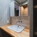 グレイッシュにまとめた上品で上質な空間の写真 洗面室