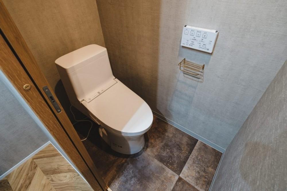 グレイッシュにまとめた上品で上質な空間 (トイレ)