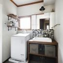 ふたりと2匹の心地よい家の写真 コラベルのタイルが映える洗面化粧台