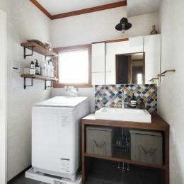 ふたりと2匹の心地よい家 (コラベルのタイルが映える洗面化粧台)