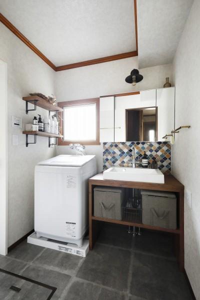 コラベルのタイルが映える洗面化粧台 (ふたりと2匹の心地よい家)