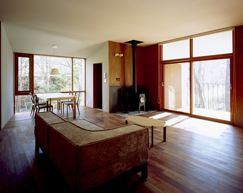 K-Villa / 北軽井沢の別荘の部屋 リビング、ダイニング、テラス、薪ストーブ