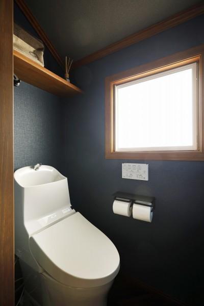 ネイビーのクロスが印象的なトイレ (ふたりと2匹の心地よい家)