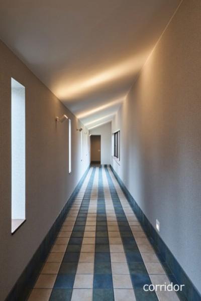 中庭を囲むように回廊を配置 (アウトドアリビングでおもてなしをする家#京都亀岡市の別荘)