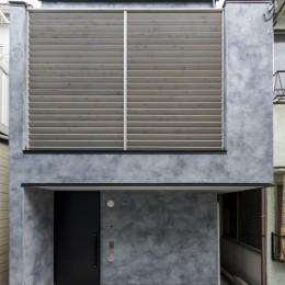 6坪のオアシス〜明るく 機能的で 美しい 超狭小住宅!〜 (前面道路から見た外観)