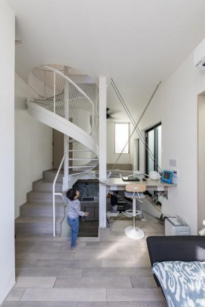 スキップフロアのLDK (6坪のオアシス〜明るく 機能的で 美しい 超狭小住宅!〜)