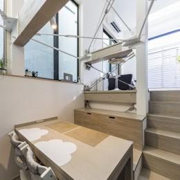 ダイニング・キッチンから見たスキップフロアのリビング (6坪のオアシス〜明るく 機能的で 美しい 超狭小住宅!〜)