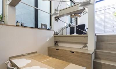 ダイニング・キッチンから見たスキップフロアのリビング|6坪のオアシス〜明るく 機能的で 美しい 超狭小住宅!〜