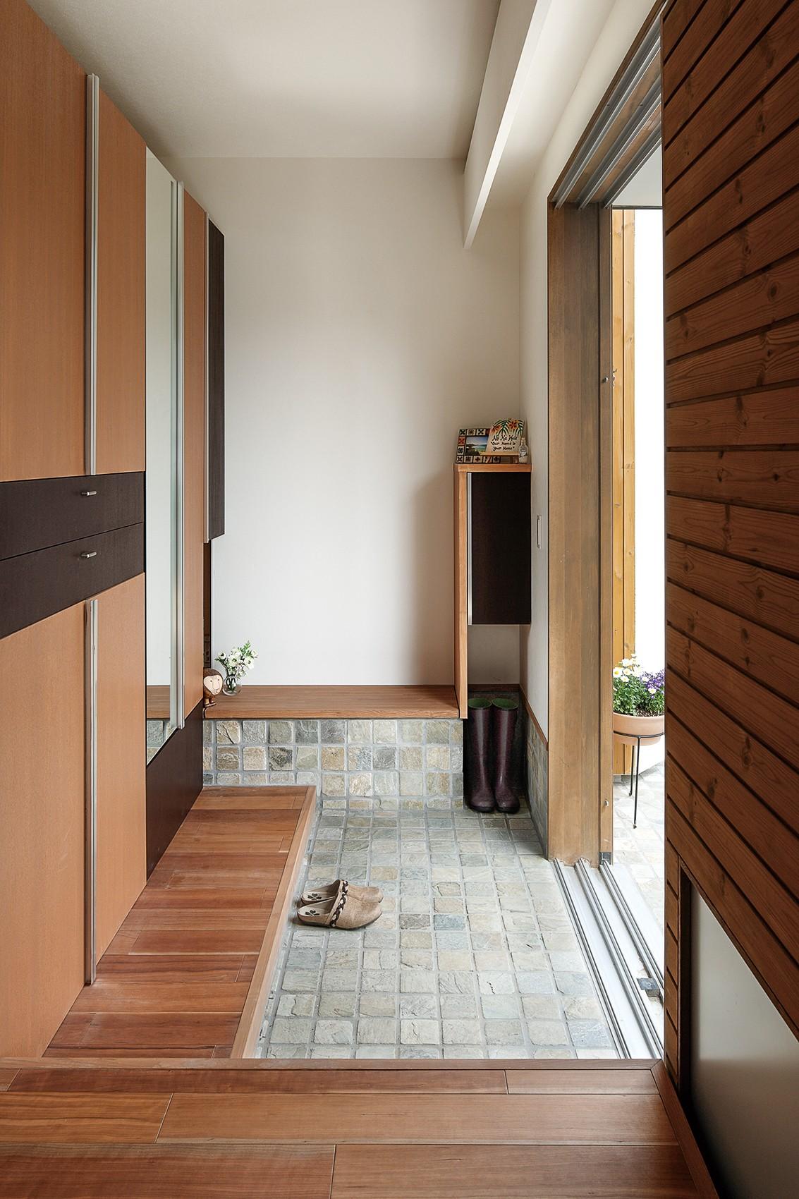 玄関事例:玄関(仕事場のある住まい|あなたの場所・自分の居場所を創る|みずみずしいブルーが印象的なWorking Space)