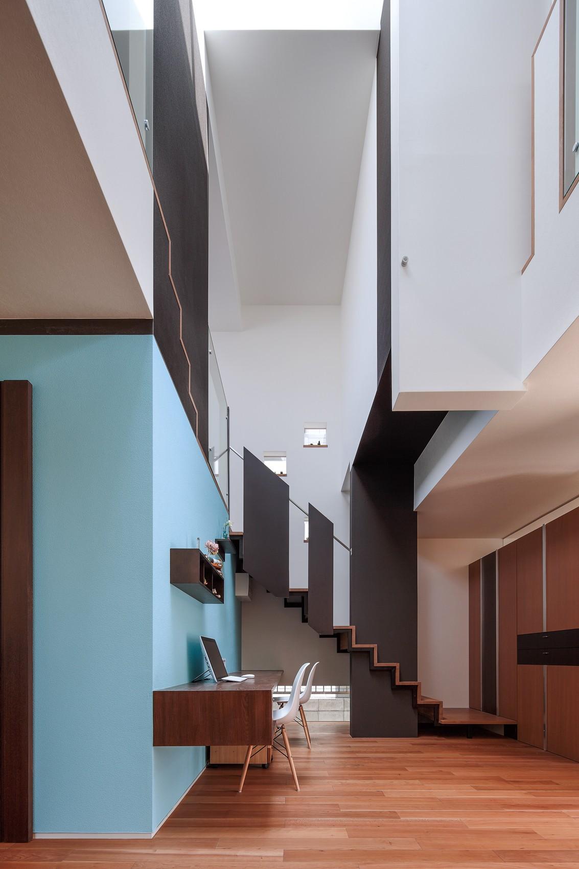 書斎事例:仕事場と吹抜(仕事場のある住まい あなたの場所・自分の居場所を創る みずみずしいブルーが印象的なWorking Space)