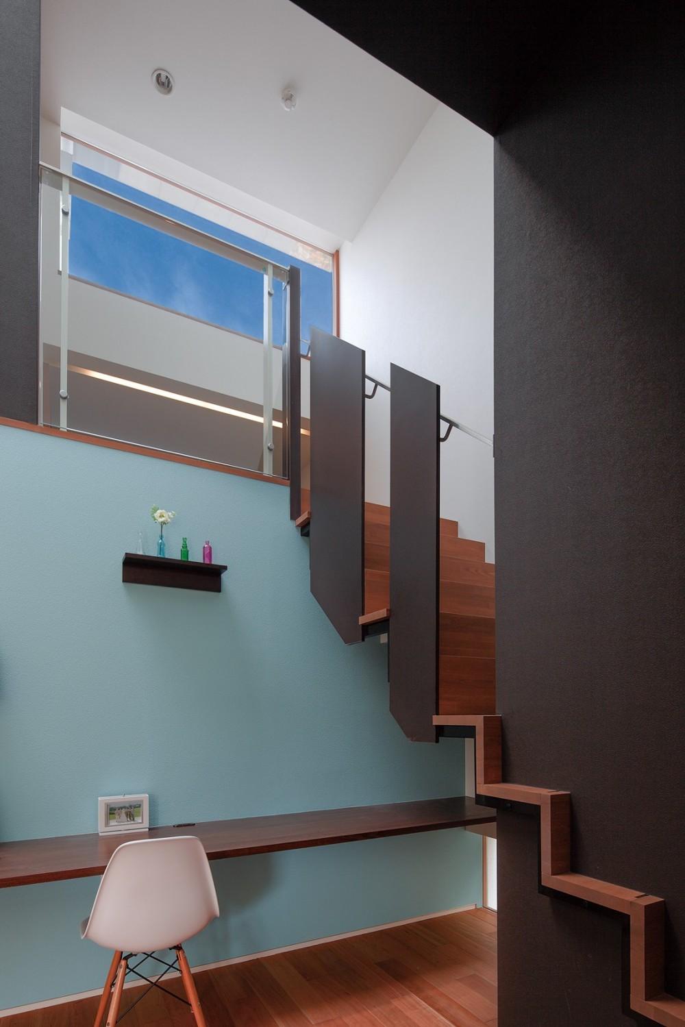 仕事場のある住まい|あなたの場所・自分の居場所を創る|みずみずしいブルーが印象的なWorking Space (ソラに向かう階段)