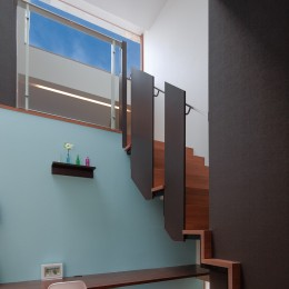 仕事場のある住まい あなたの場所・自分の居場所を創る みずみずしいブルーが印象的なWorking Space (ソラに向かう階段)
