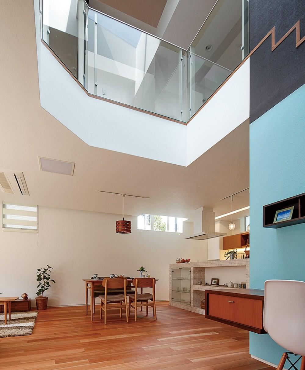 仕事場のある住まい|あなたの場所・自分の居場所を創る|みずみずしいブルーが印象的なWorking Space (仕事場かリビングダイニングを見通す)