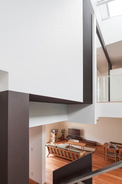 階段からの見下ろし (仕事場のある住まい|あなたの場所・自分の居場所を創る|みずみずしいブルーが印象的なWorking Space)