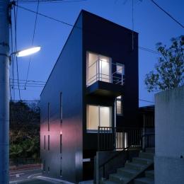 代沢の住宅 / 11坪の店舗付住宅 (外観夕景)