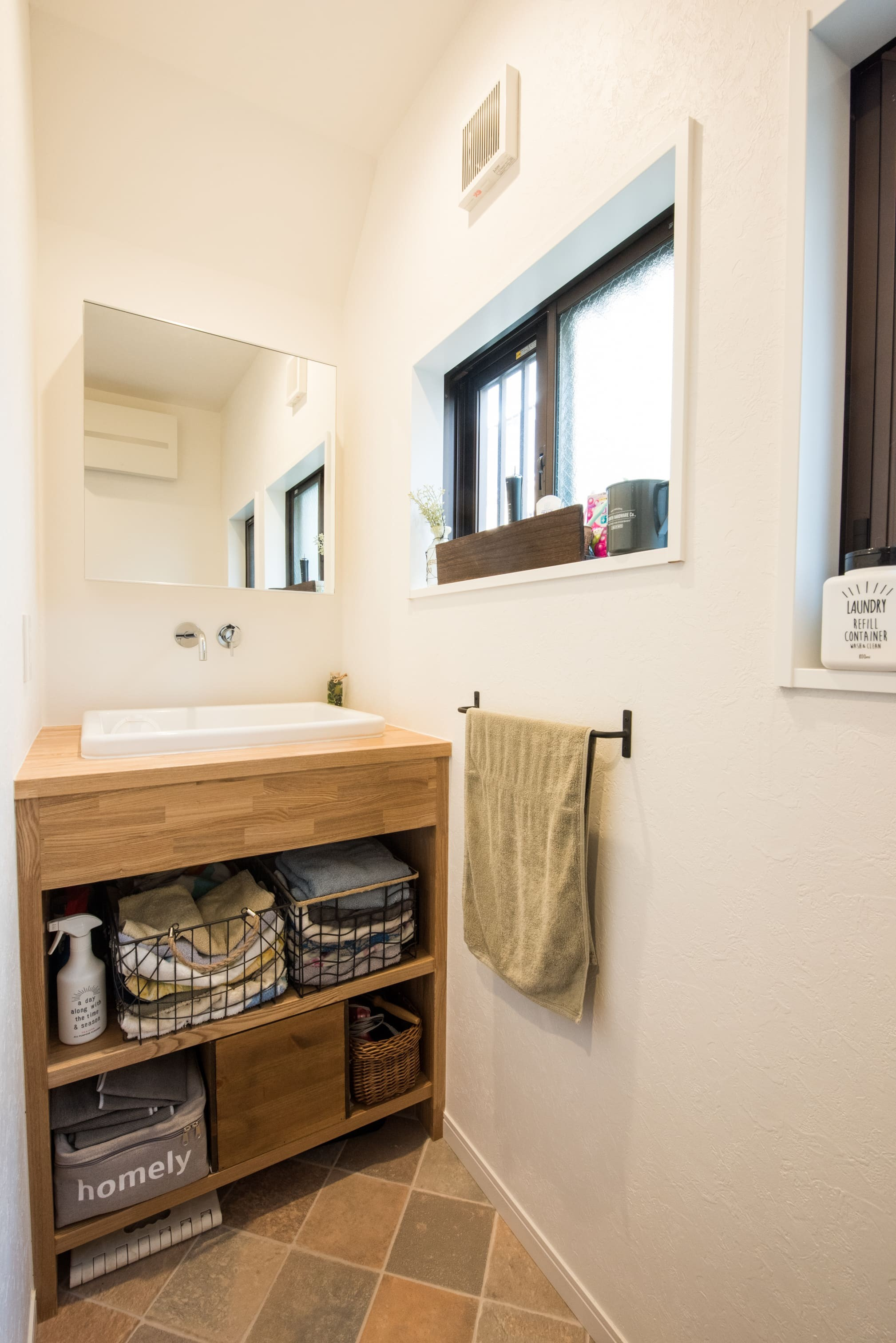 その他事例:洗面室(デッドスペースの有効活用と見せる収納)