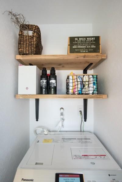 洗濯室 (デッドスペースの有効活用と見せる収納)