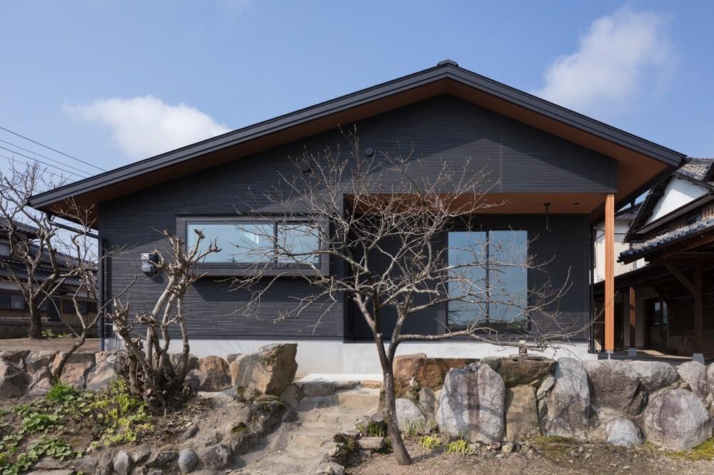 三日月の家~農業のある田舎暮らし。インテリアにこだわった程良い距離感の2世帯住宅~ (外観~東側の田んぼより眺める。)