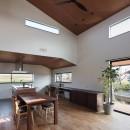 三日月の家~農業のある田舎暮らし。インテリアにこだわった程良い距離感の2世帯住宅~の写真 キッチン横の出窓から田園風景を眺められるダイニングキッチン