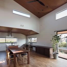 三日月の家~農業のある田舎暮らし。インテリアにこだわった程良い距離感の2世帯住宅~ (キッチン横の出窓から田園風景を眺められるダイニングキッチン)