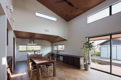 キッチン横の出窓から田園風景を眺められるダイニングキッチン (三日月の家~農業のある田舎暮らし。インテリアにこだわった程良い距離感の2世帯住宅~)