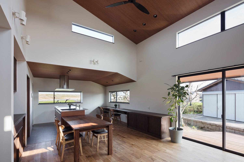 キッチン事例:キッチン横の出窓から田園風景を眺められるダイニングキッチン(三日月の家~農業のある田舎暮らし。インテリアにこだわった程良い距離感の2世帯住宅~)