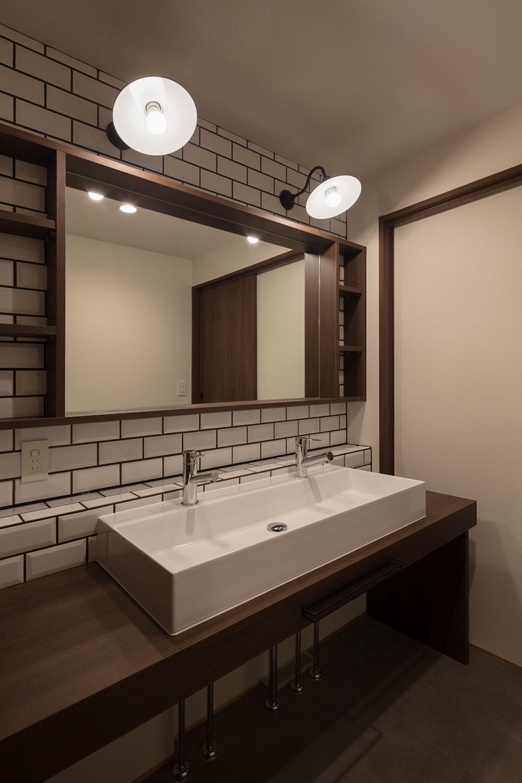 バス/トイレ事例:レトロなブラケットライトとサブウェイタイルがお洒落な洗面室(三日月の家~農業のある田舎暮らし。インテリアにこだわった程良い距離感の2世帯住宅~)