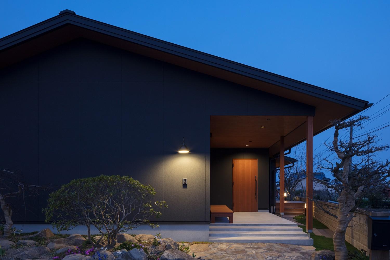 外観事例:ファサード夜景(三日月の家~農業のある田舎暮らし。インテリアにこだわった程良い距離感の2世帯住宅~)