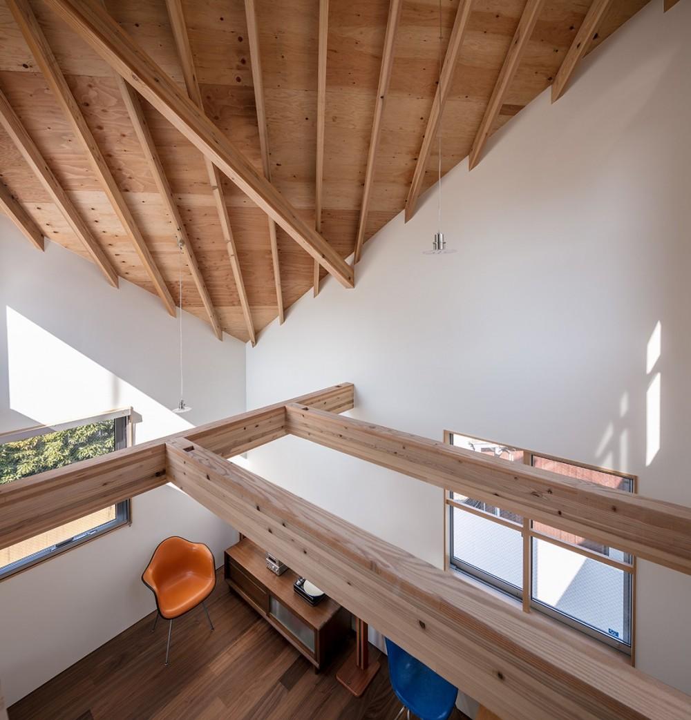 傾斜天井のリビング (福岡市今川の家/ルーフバルコニーのある狭小住宅)
