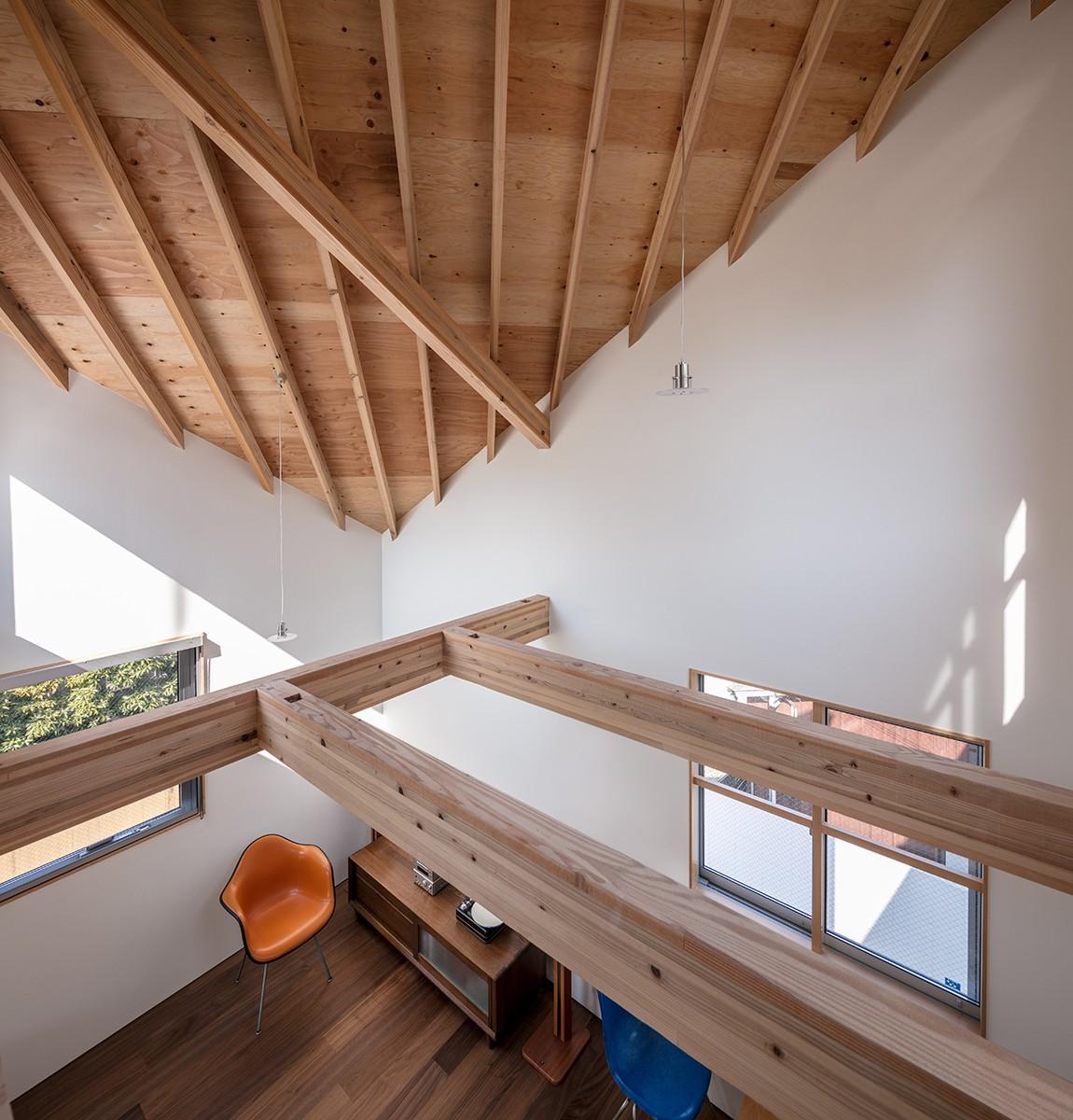リビングダイニング事例:傾斜天井のリビング(福岡市今川の家/ルーフバルコニーのある狭小住宅)