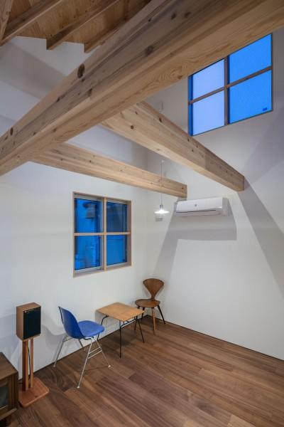 福岡市今川の家/ルーフバルコニーのある狭小住宅 (高窓のあるダイニング)