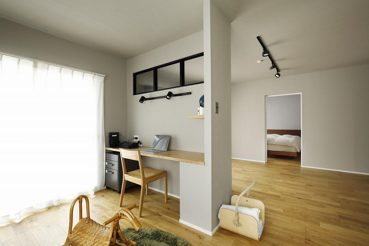 書斎事例:将来は一部屋に。リビングの隣のワークスペース(赤と躯体が映える家)
