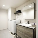 赤と躯体が映える家の写真 モノトーンでも温かみのある洗面スペース