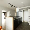 赤と躯体が映える家の写真 レイアウトに悩んだキッチンは180°向きを変え、対面Ⅰ型に