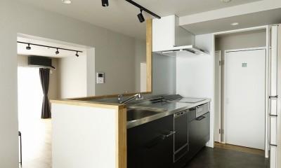 赤と躯体が映える家 (レイアウトに悩んだキッチンは180°向きを変え、対面Ⅰ型に)