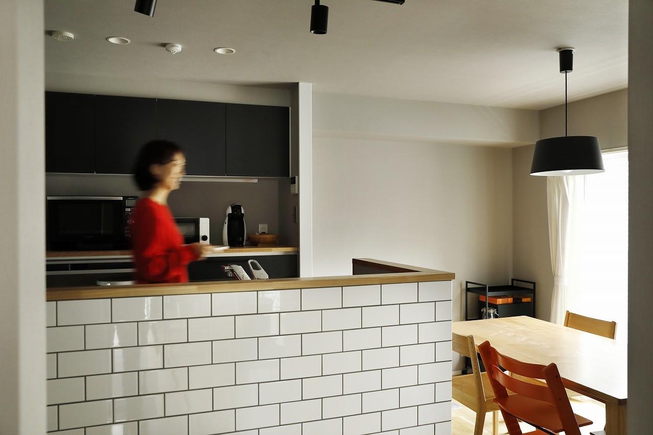 キッチン事例:スッキリとグレイッシュなカラーでまとめた空間に赤が映える(赤と躯体が映える家)