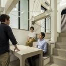 6坪のオアシス〜明るく 機能的で 美しい 超狭小住宅!〜の写真 ダイニングのスキップベンチ