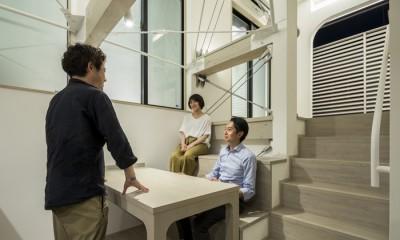 ダイニングのスキップベンチ 6坪のオアシス〜明るく 機能的で 美しい 超狭小住宅!〜