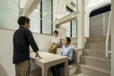 ダイニングのスキップベンチ (6坪のオアシス〜明るく 機能的で 美しい 超狭小住宅!〜)